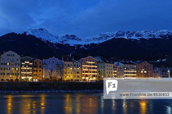 Gebäude Straße Fluss Hotel Karwendelgebirge Österreich Abenddämmerung Innsbruck Tirol