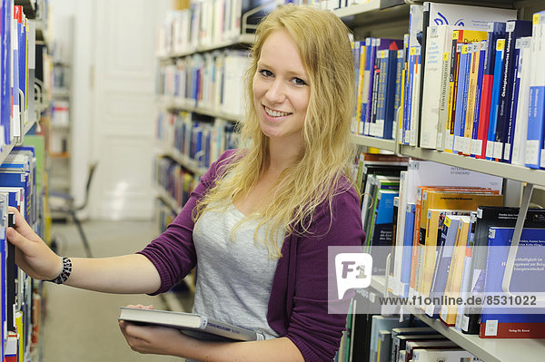 Studentin in der Bereichsbibliothek der Universität Hohenheim im Schloss Hohenheim  Stuttgart  Baden-Württemberg  Deutschland