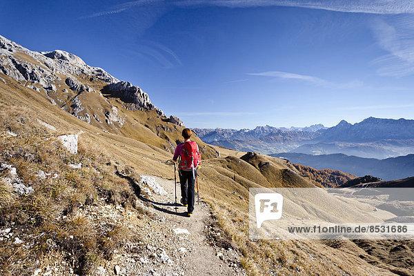Bergsteiger auf dem Dolomiten-Höhenweg  hinten der Peitlerkofel  unten das Gadertal  Dolomiten  Südtirol  Italien