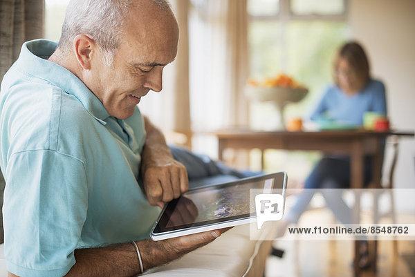 sitzend benutzen Bauernhaus Mann Computer Tradition Küche Elektronik Tablet PC