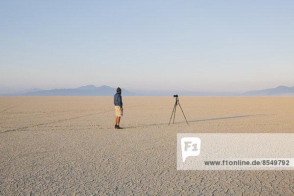 Felsbrocken  Mann  Wüste  schwarz  Nevada  flach  Stativ