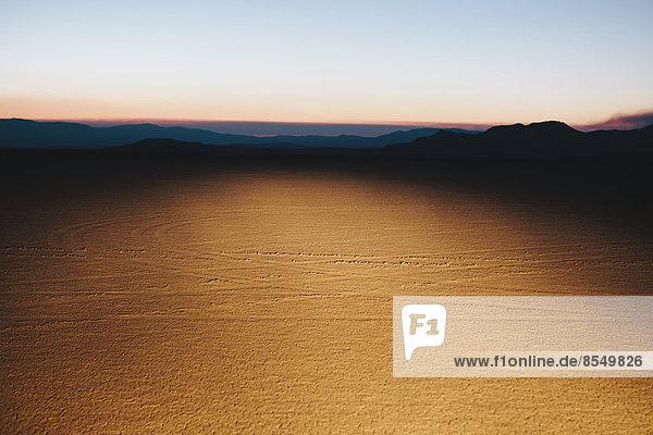 Beleuchtete Wüstenlandschaft  Dämmerung