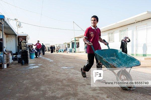 Junge - Person  Transport  camping  Versorgung  Krieg  Eigentum  jung  Dienstleistungssektor  Flüchtling  Syrien