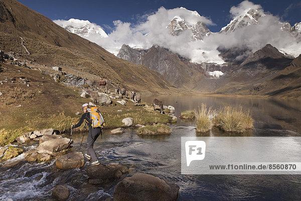 Bergsteigerin an der Laguna Carhuacocha  Cordillera Huayhuash  Peru