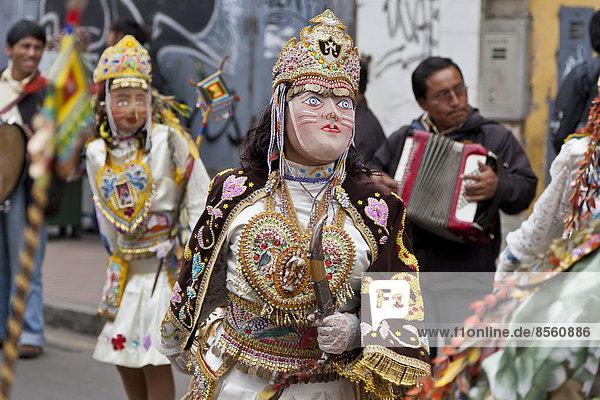 Tanzende Masken bei der Fiesta del Carmen  Lima  Peru