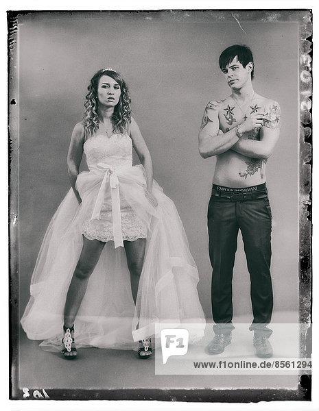 Hochzeitsfoto  Braut mit kurzem Kleid und Bräutigam mit nacktem Oberkörper  Tätowierungen und Zigarette Hochzeitsfoto, Braut mit kurzem Kleid und Bräutigam mit nacktem Oberkörper, Tätowierungen und Zigarette