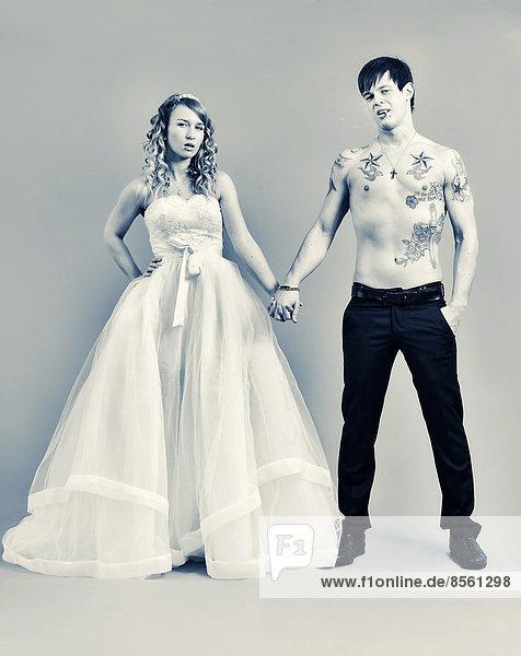 Hochzeitsfoto  Braut und Bräutigam  er mit nacktem Oberkörper mit Tätowierungen Hochzeitsfoto, Braut und Bräutigam, er mit nacktem Oberkörper mit Tätowierungen