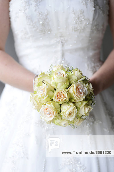 Braut hält Brautstrauß Braut hält Brautstrauß