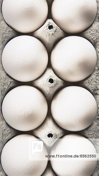 Blick von oben auf Freilandhaltung  Bio-Eier in einem Eierkarton aus Karton.