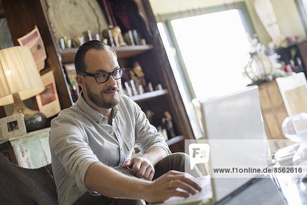 sitzend benutzen Mann Computer Schreibtisch Notebook klein rennen Business