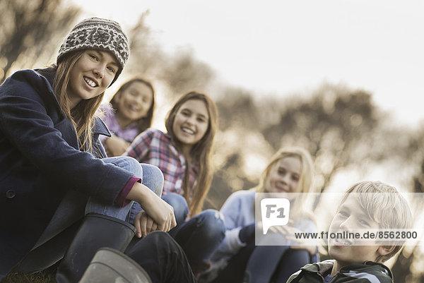 Außenaufnahme  5  Junge - Person  Wärme  Bauernhof  Hof  Höfe  Jacke  Mädchen  freie Natur