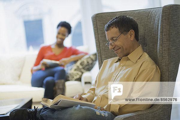 Paar entspannt zu Hause beim Lesen