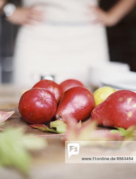 Frische klein Küche weiß Teller Pflanze Birne Stapel