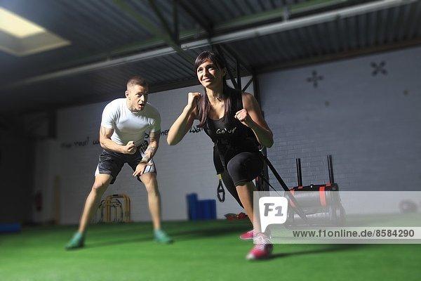Frankreich  Frau  die in einer Crossfit-Gymnastikhalle trainiert....