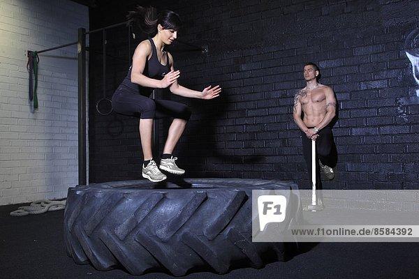 Frankreich  springende Frau im Crossfit-Gymnasium.