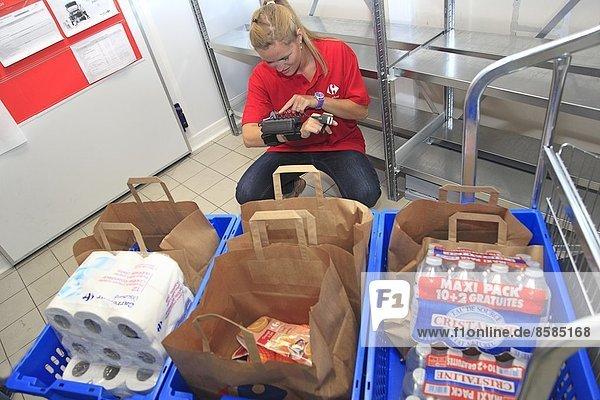 Frankreich  Durchfahrt im Supermarkt Carrefour  Vorbereitung der Bestellungen.
