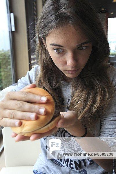 Frankreich  junges Mädchen im Fastfood.