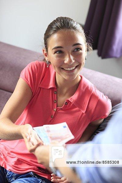 Frankreich  Mutter gibt ihrer Tochter Geld.