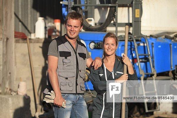 Frankreich  junges Bauernpaar  das lächelnd posiert.