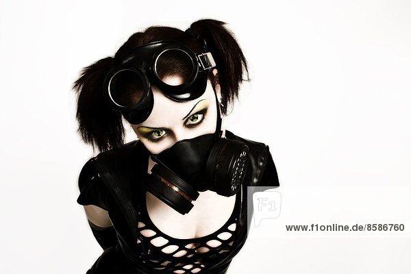 DeathWorker  eine Cyberpunk-Frau mit Gasmaske und radioaktiver Linse