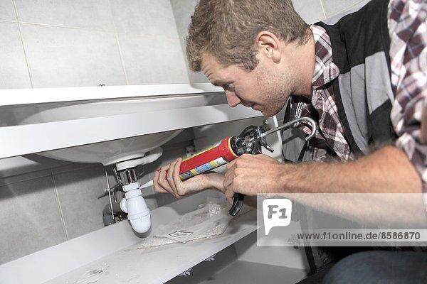 Frankreich  Mann renoviert Haus.