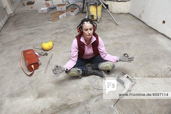 Frankreich  junge Frau  die in einem Haus arbeitet. Frankreich, junge Frau, die in einem Haus arbeitet.