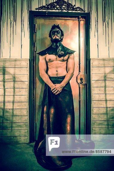 Mann steht Wache und böse Tür
