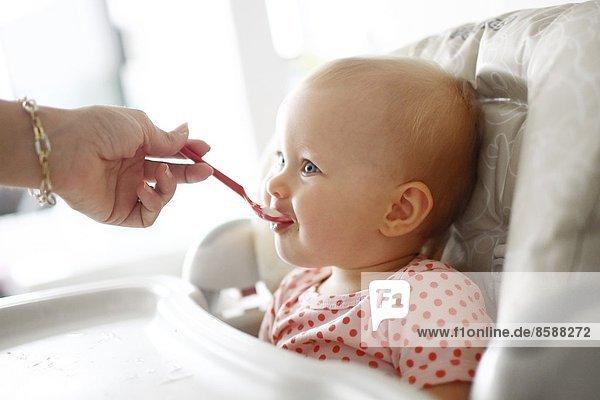 Ein kleines Mädchen beim Essen