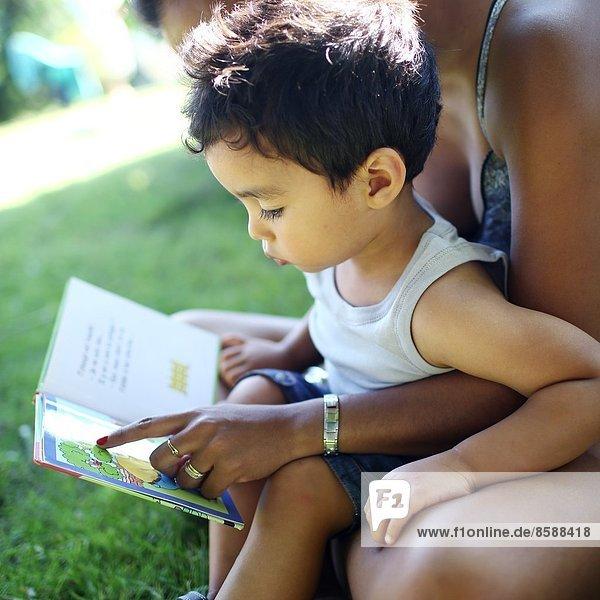 Mutter und Sohn beim Lesen eines Buches