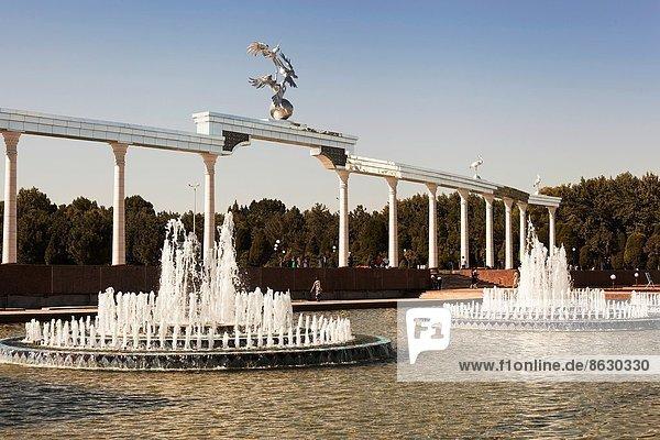Wasser  Springbrunnen  Brunnen  Fontäne  Fontänen  Brücke  Unabhängigkeitsplatz  Unabhängigkeit  Usbekistan