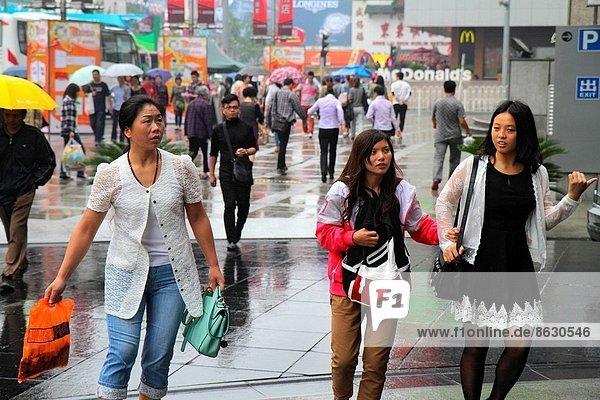 Frau  Freundschaft  gehen  Straße  kaufen  Peking  Hauptstadt  China