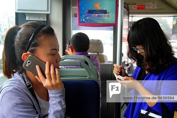 Frau  Mann  fahren  Passagier  Peking  Hauptstadt  China  Smartphone