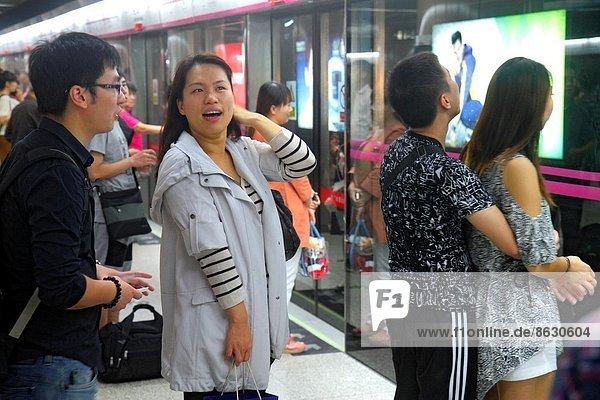 Frau  Mann  warten  Plattform  fahren  Öffentlicher Verkehr  Peking  Hauptstadt  China