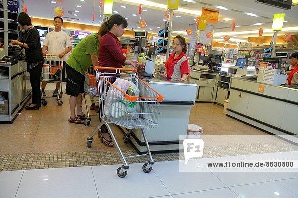 zeigen  Frau  Mann  Angestellter  Lebensmittelladen  Fuhrwerk  kaufen  Kunde  Peking  Hauptstadt  Kassierer  verkaufen  China  Supermarkt