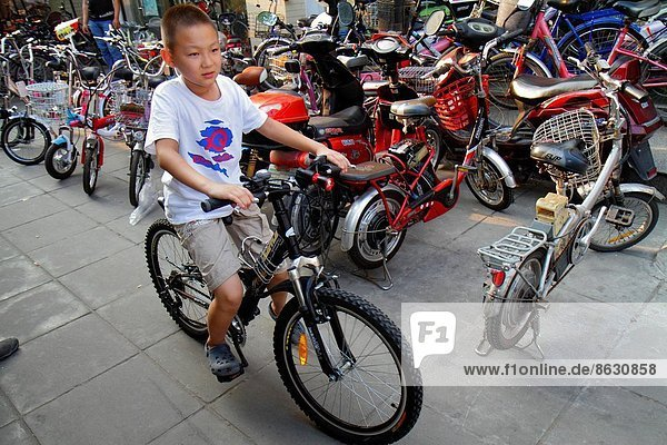 Mann  Junge - Person  fahren  Laden  Peking  Hauptstadt  Elektrische Energie  China  Business  neu
