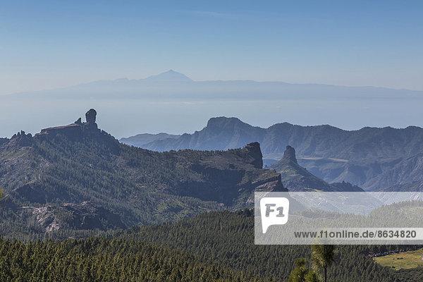 Aussicht vom Pico de las Nieves auf den Berg Roque Nublo  hinten der Teide auf der Insel Teneriffa  Gran Canaria  Kanarische Inseln  Spanien