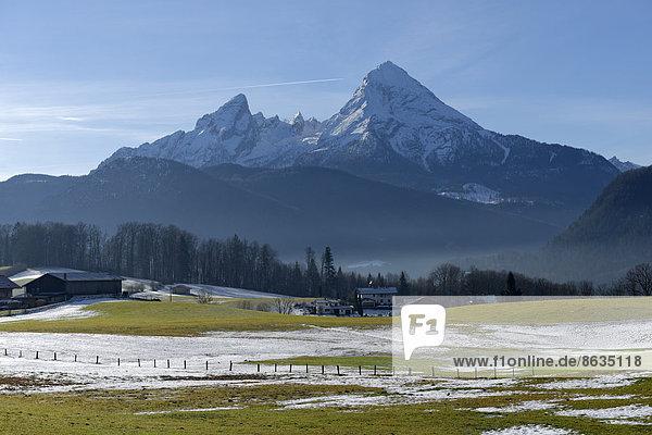 Berg über Wiese Bayern Deutschland Oberbayern