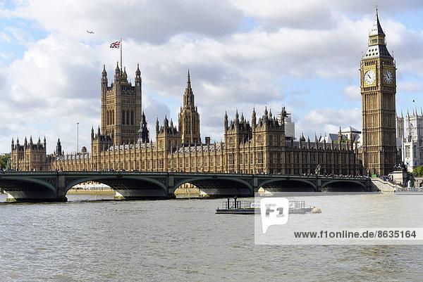 Palast von oder Häuser des Parlaments  mit dem Victoria Tower  an der Themse im Morgenlicht  rechts Elizabeth Tower oder Big Ben  UNESCO Weltkulturerbe  City of London  London Region  England  Großbritannien