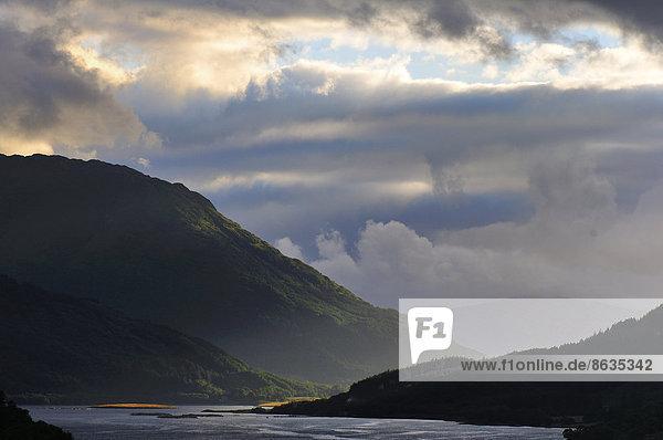 Wolkenstimmung über dem Loch Leven  Glen Coe  Ross Skye and Lochaber  Highlands  Schottland  Großbritannien