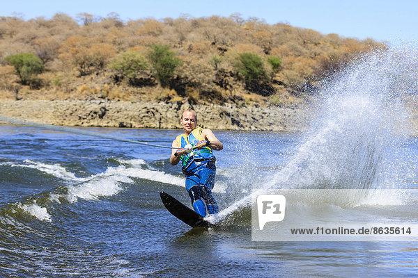 Mann fährt Wasserski  Monoski  Von-Bach-Damm  Namibia