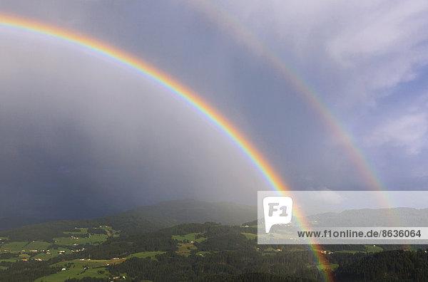 Doppelter Regenbogen über dem Inntal  Hall in Tirol  Inntal  Tirol  Österreich