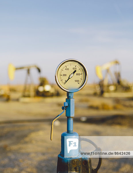 Luftdruckmesser  Ölplattformen im Hintergrund  Sunset-Midway-Ölfelder  die größten in Kalifornien.
