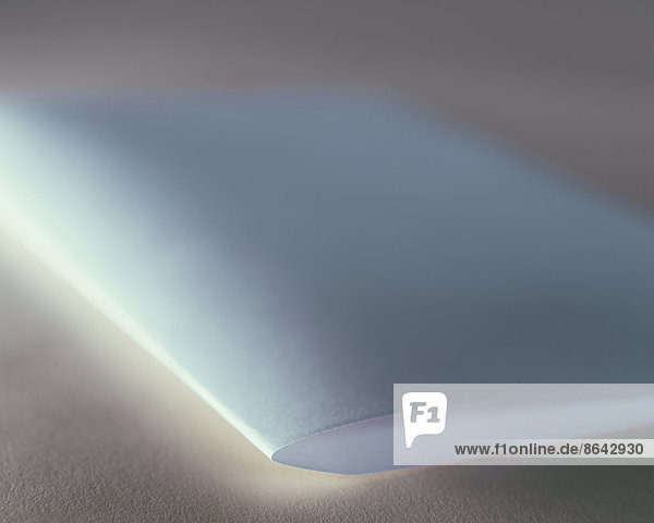 Ein gefaltetes Stück weißes Recyclingpapier  Nahaufnahme.