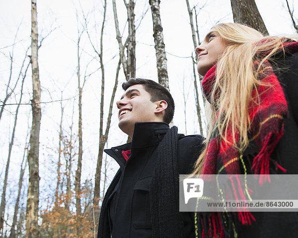 Ein Paar im Winter mäntelt an einem Wintertag im Freien.