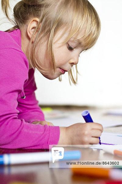 Mädchen malt mit Filzstiften