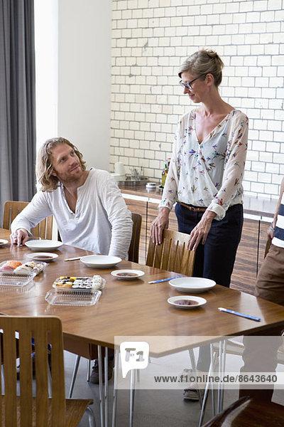 Mann und Frau beim Mittagessen