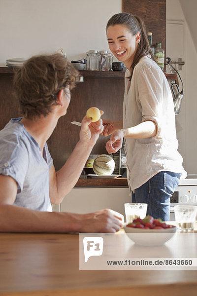 Junges Paar in der Küche bei der Zubereitung des Frühstücks