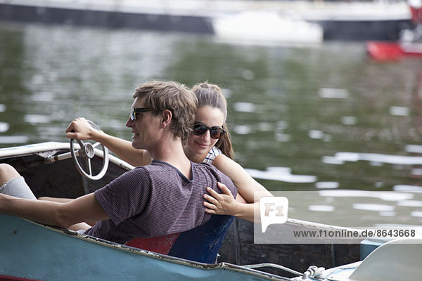 Junges Paar beim Tretbootfahren auf dem See Junges Paar beim Tretbootfahren auf dem See