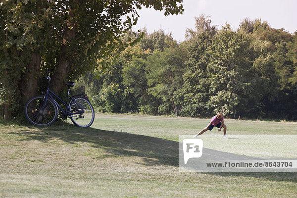 Mittlerer Erwachsener Mann beim Training im Park