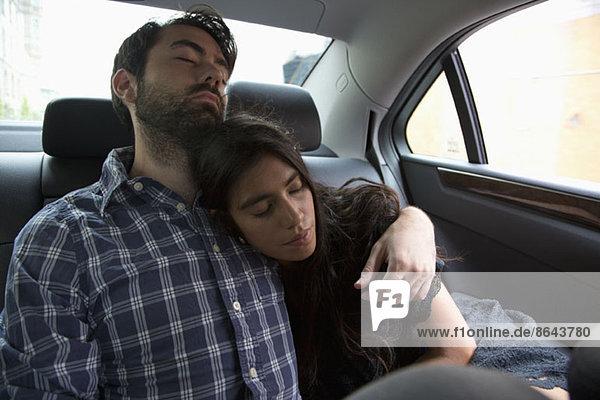 Junges Paar entspannt im Auto